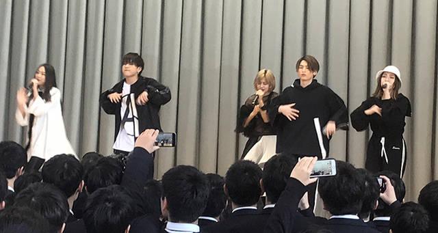 高校生に人気急上昇中の男女混成5人組ダンス&ヴォーカルグループlolが、卒業式にサプライズ訪問!?
