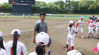 元プロ野球選手 三浦大輔らが女子学童に実技指導