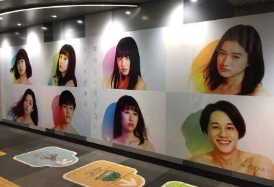 渋谷駅に現れた劇団4ドル50セントの巨大ポスターが話題に。