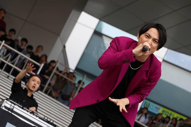 SKY-HI、ガンダム立像の前でガンダム主題歌を歌唱!