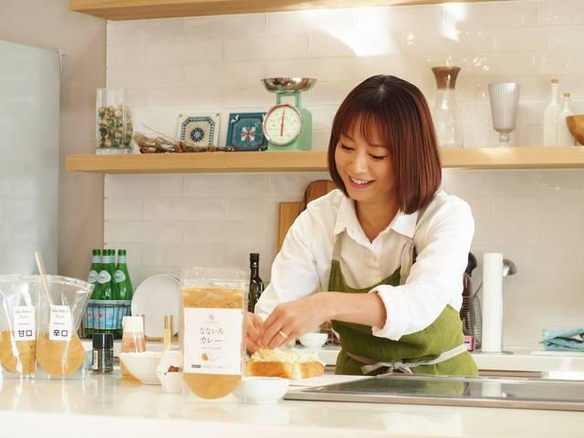 【本日カレーの日】フードアナリスト2級の鈴木亜美がスパイスから調合した万能カレーパウダー、ついに発売!