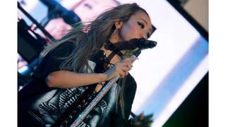 倖田來未、神宮外苑花火大会で「あっちっち!」