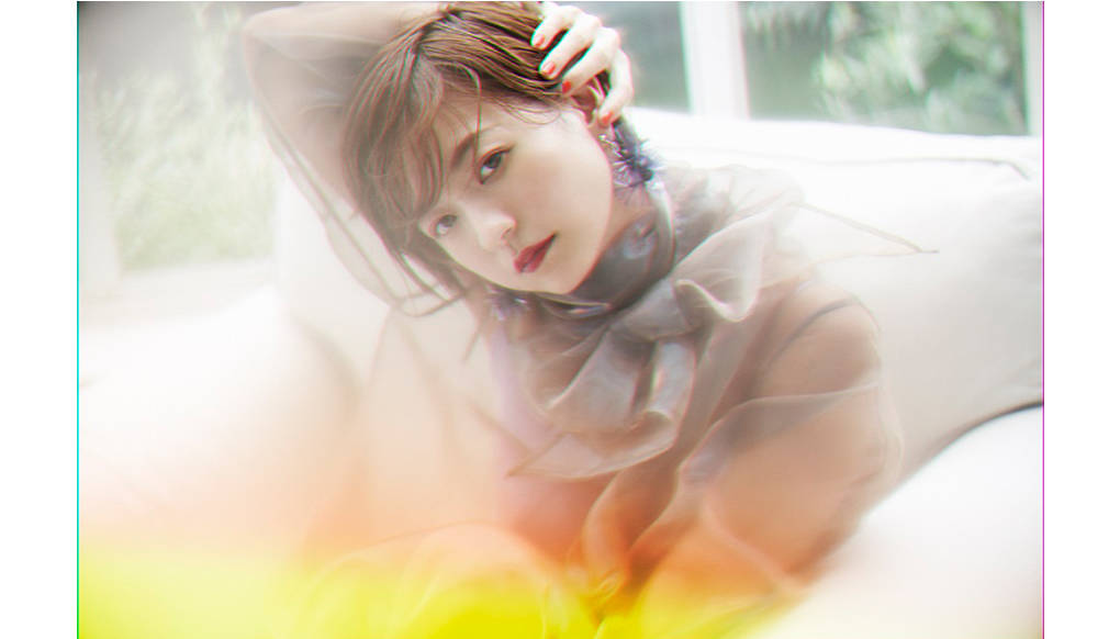 伊藤千晃、初のアルバム『Be』のジャケット写真をファンクラブツアー最終公演で解禁