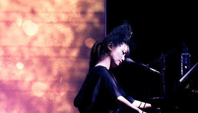大塚 愛、アート空間で鮮やかなピアノ弾き語りライブを開催!3都市ツアーが大盛況にて終幕