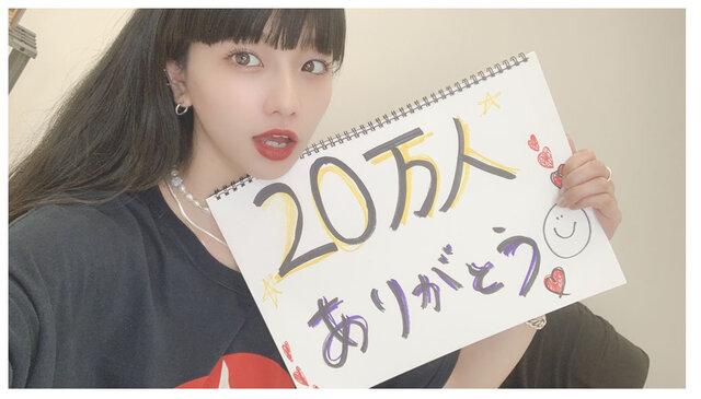 HinaがYouTubeチャンネル登録者数20万人突破を記念して生配信企画実施!