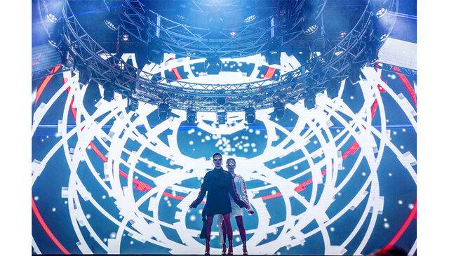 マネキン・ラップ・デュオ『FEMM』が、最新E.P.「404 Not Found」から、超巨大LED構造物に包まれたニューアナログなイマーシヴ映像「Sit Down」を発表