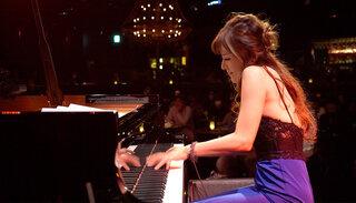セクシーすぎるピアニスト高木里代子、超絶JAZZアレンジに海外ファンからも絶賛の声