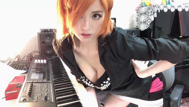 セクシーすぎるピアニスト高木里代子、『廻廻奇譚』を超絶JAZZアレンジ