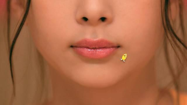 """キスの日に謎の""""美しすぎる唇""""。この正体はいったい誰?"""