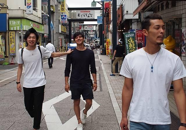 イケメン祭りでお馴染みの「avexアゲ男」が、戸越銀座商店街で揚げ物を食べ歩く! 【アゲ男#7】