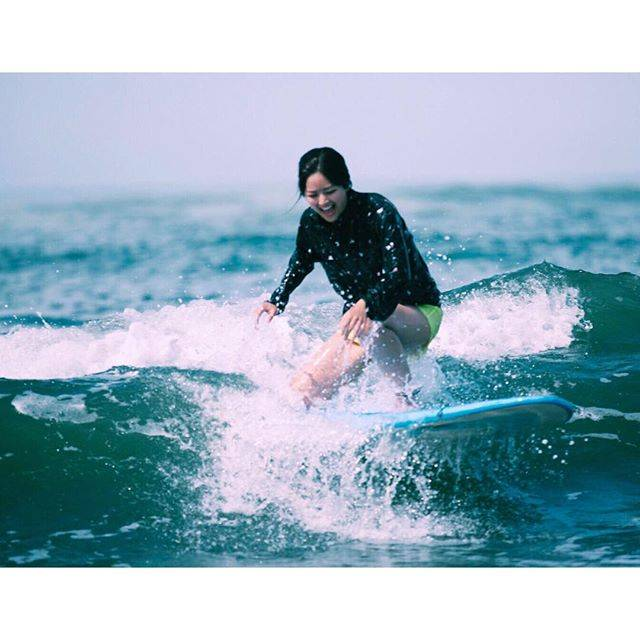 Instagramのフォロワー数が急増中のMiyuuがサーフィンを楽しむ写真を投稿。 【笑顔が素敵】と、ファンの間で話題に