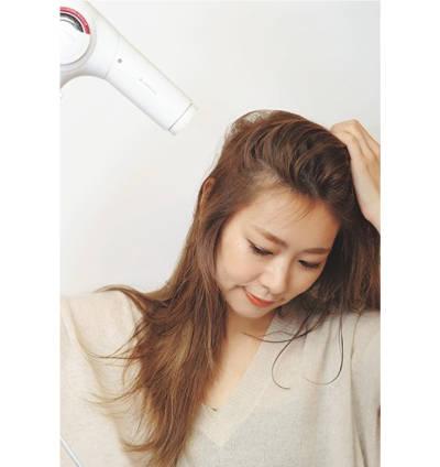 ---【5】ざっくりと毛束を持ち上げて頭皮から乾かす
