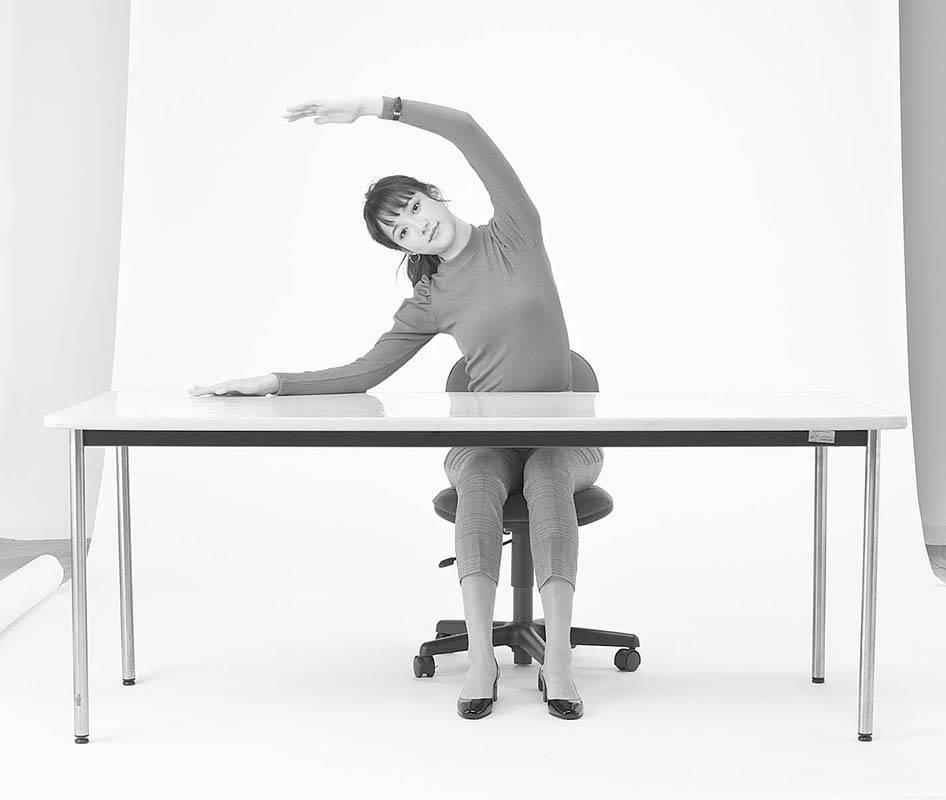 STEP2 両ひじを軽く曲げ、手 でおうぎを描くように、 上体を真横に倒します。