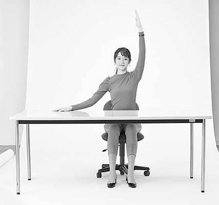 STEP1 背すじを伸ばして座り、 机に右手を置いて、左 手を上げましょう。