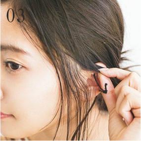 ---耳上の髪を引き出す
