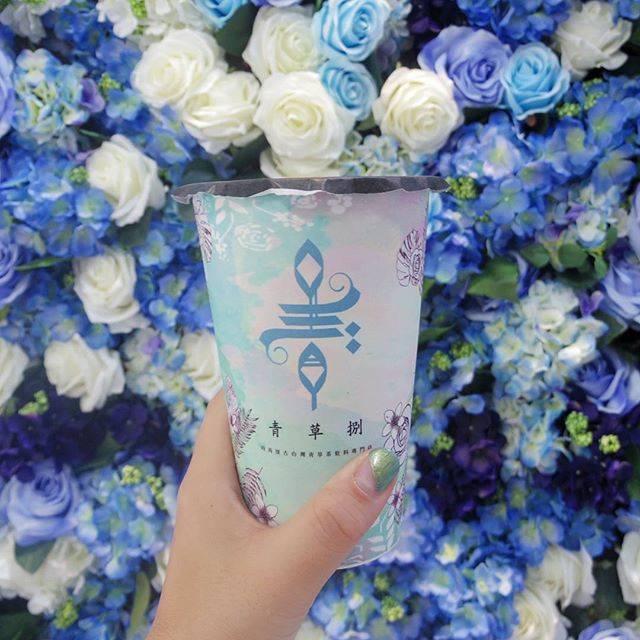 旅猿69🇹🇼台湾公認インスタグラマーさんはInstagramを利用しています:「#味わいアジア#🇹🇼 #青草捌 種類豊富なお茶屋さん。 アイスとホット両方あります。  そして見逃せないのが、かわいいお花の壁。 お茶のカップもかわいいです。  電子書籍「台湾・高雄&台中ガイドブック…」 (140086)