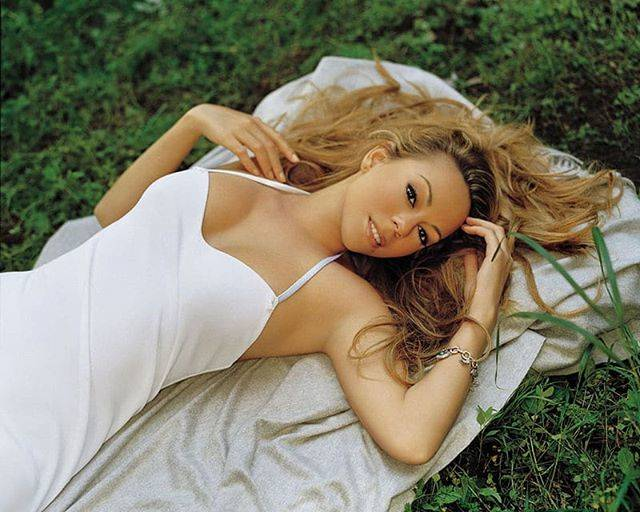 "Mariah CareyさんはInstagramを利用しています:「🎶 ""As we lay upon the grass..."" 🎶 #UnderneathTheStars #tbt」 (170491)"