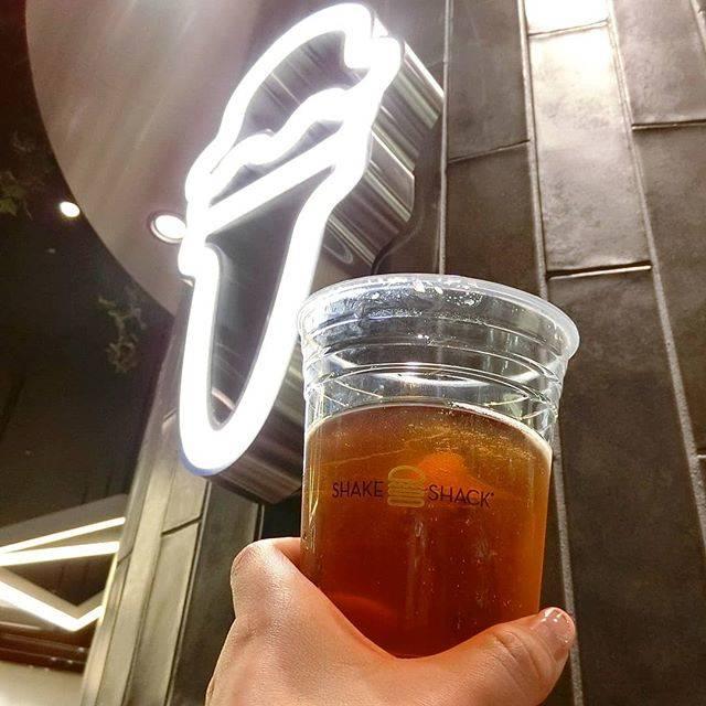 """旅猿69 on Instagram: """"#関西呑みログ 6月1日、梅田阪神百貨店にシェイクシャックがオープン。  今日はそのレセプションにお呼ばれしてきました。  シェイクシャックでは、ビールとワインが飲めます。  シェイクシャックオリジナルのビール #シャックマイスターエール  これがめちゃめちゃうまい。…"""" (197032)"""