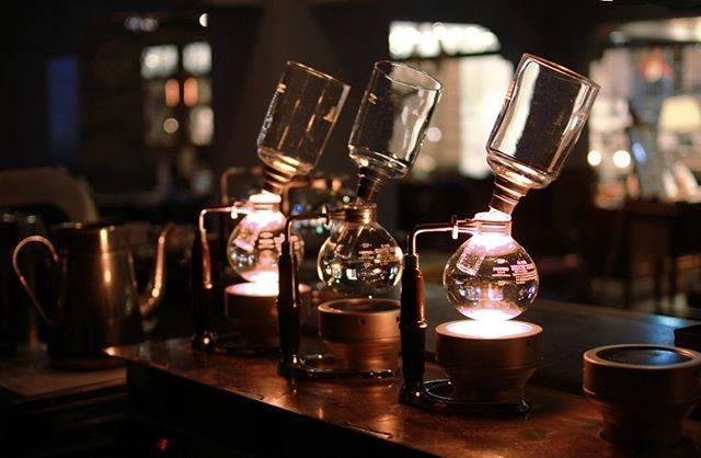 """本と珈琲 梟書茶房 on Instagram: """"夕方のひと時、珈琲で休憩はいかがですか。・・・#梟書茶房 #fukuroshosabo #池袋 #coffeelovers #booklovers #bookandcafe #本と珈琲 #サイフォンコーヒー #池袋カフェ #カフェ部  #ブレンド"""" (365882)"""