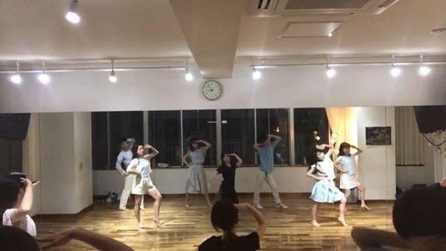 """Asuka on Instagram: """"乃木坂46*ガールズルール@emipapi 先生💕のとっても楽しいレッスン♪ サビの好きなフレーズ*パパやママに言えない秘密の話いっぱいこの海に流したら忘れよう♬#乃木坂46 #ガールズルール #アイドルダンス #ダンス大好き"""" (529512)"""