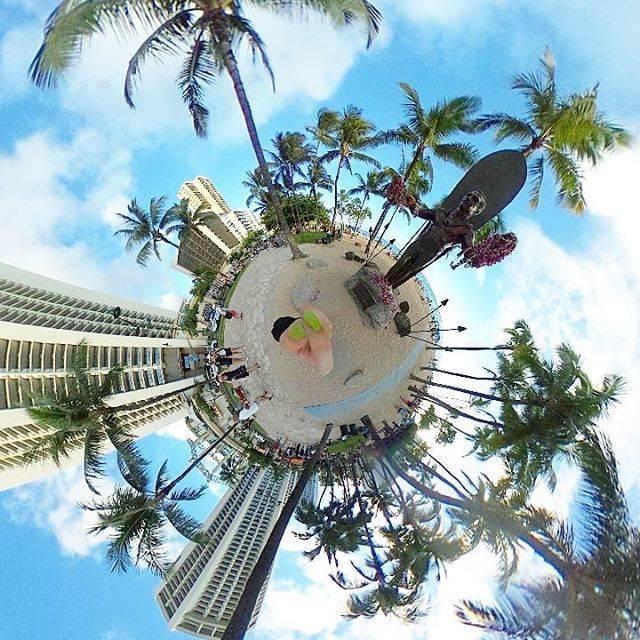"""旅猿69 on Instagram: """"#ハワイ69 ワイキキビーチ! 旅猿でも記念撮影をしていた、デューク・カハナモク像。  デューク・カハナモクさんは、サーフィンの神様。  警察官の長男に生まれ、 サーファーとなり、 オリンピックに出場。 2回も金メダルをとったんだとか。…"""" (532379)"""