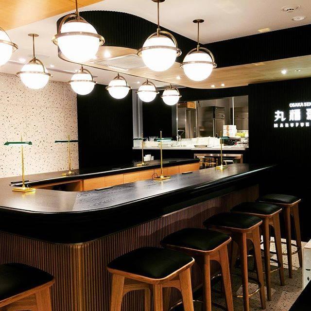 """丸福珈琲店【公式ページ】 on Instagram: """"伊丹空港店4月18日グランドオープン。カウンター席には、コンセントやUSBを使えるLEDライトがありビジネスマンの方には使い勝手の良いカフェです。#丸福珈琲店 #丸福珈琲 #伊丹空港 #大阪国際空港 #カフェ#cafe #coffee"""" (544443)"""
