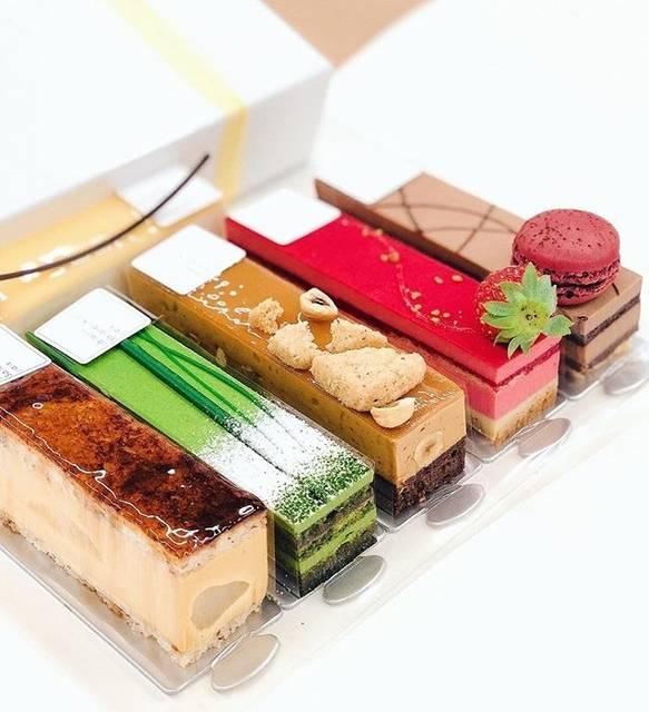 """pâtisserie Sadaharu AOKI paris on Instagram: """"冬のティータイムを彩る色鮮やかなアンディビジュアル . ショーケースに整列した美しいケーキは選んでいる時から楽しい気持ちにさせてくれます。 スタイリッシュなビジュアルだけでなく、素材・味とこだわりが詰まったサダハルアオキのケーキ。…"""" (656531)"""