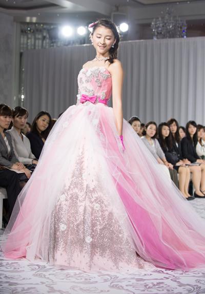 """7e7e7d5922062 純白のウエディングドレスはレースやビジュー使いが豪華で上品な印象に。女性の魅力を引き出してくれるシンプルながら、華やかなデザインは""""花嫁の永遠の幸せ""""へ の願い ..."""