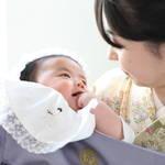 赤ちゃんと神社へ初めてのお宮参り。時期や服装、マナーをご紹介