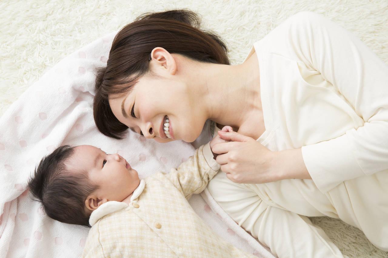 乳児と添い寝しても大丈夫?始めるタイミングや気をつけたいポイント