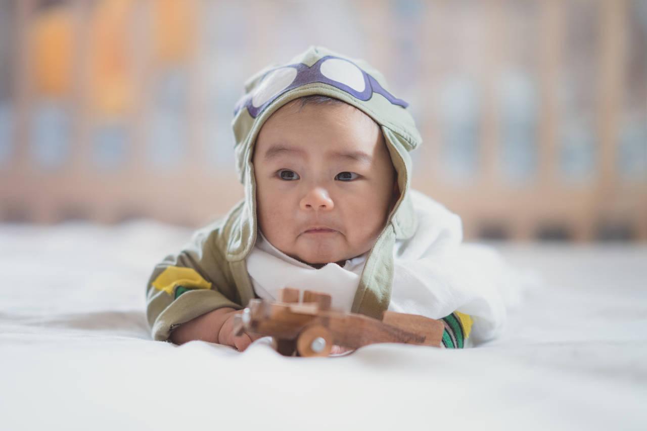 赤ちゃんは飛行機に乗れる?快適な空の旅のコツや料金・注意点