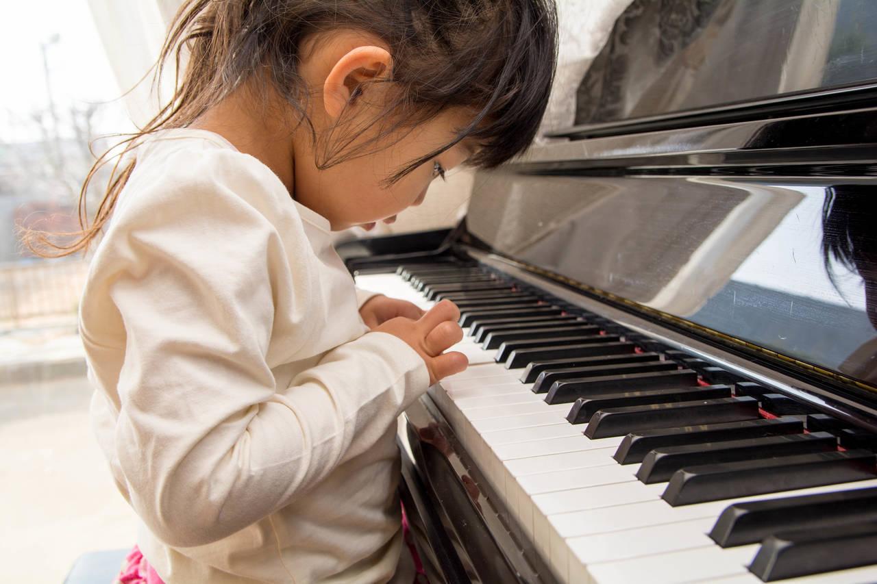子どものピアノは何歳からが最適?期待できる効果や教室選びのコツ