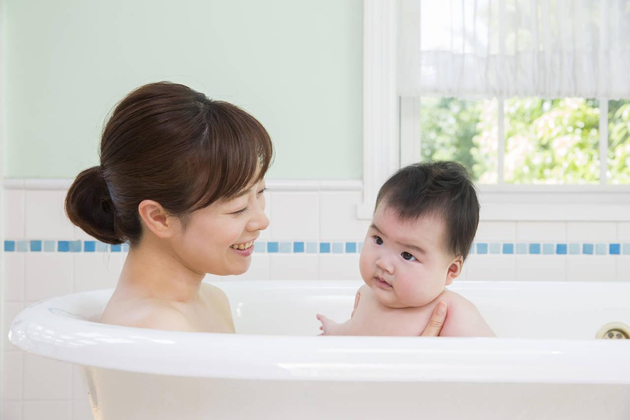 乳児と一緒に楽しくお風呂。入浴方法や注意すべきことは?