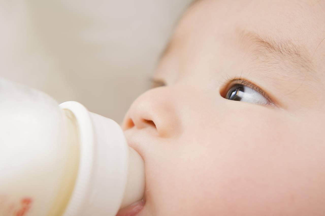 乳児の授乳はどれくらい?授乳量や回数の目安と飲み過ぎなどの対処法
