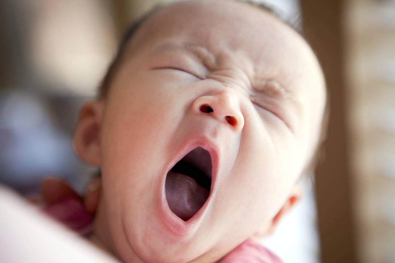 乳児はなぜ、眠りながらあくびをする?あくびの理由と睡眠との関係