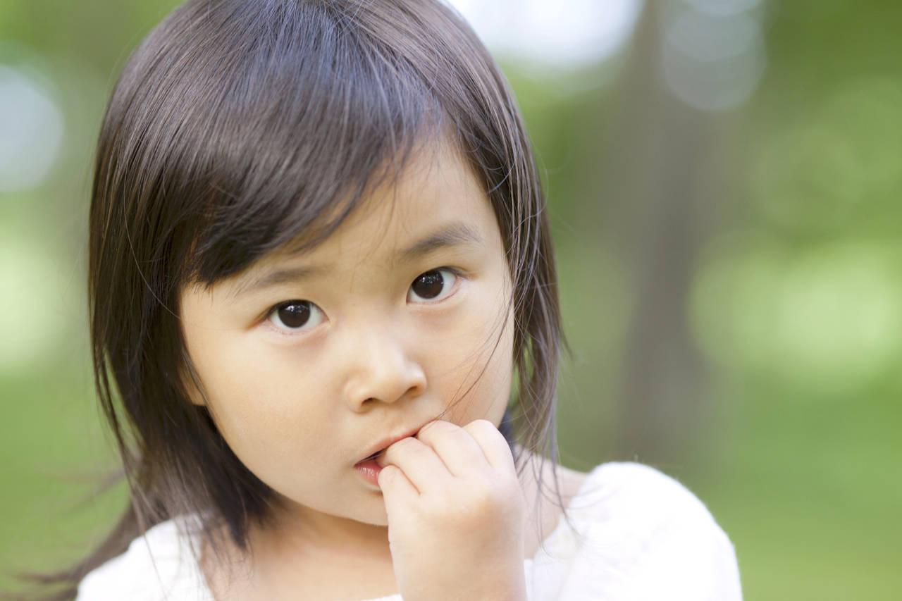 子どもの爪噛みはどうすればいい?爪を噛んでしまう原因や防止策