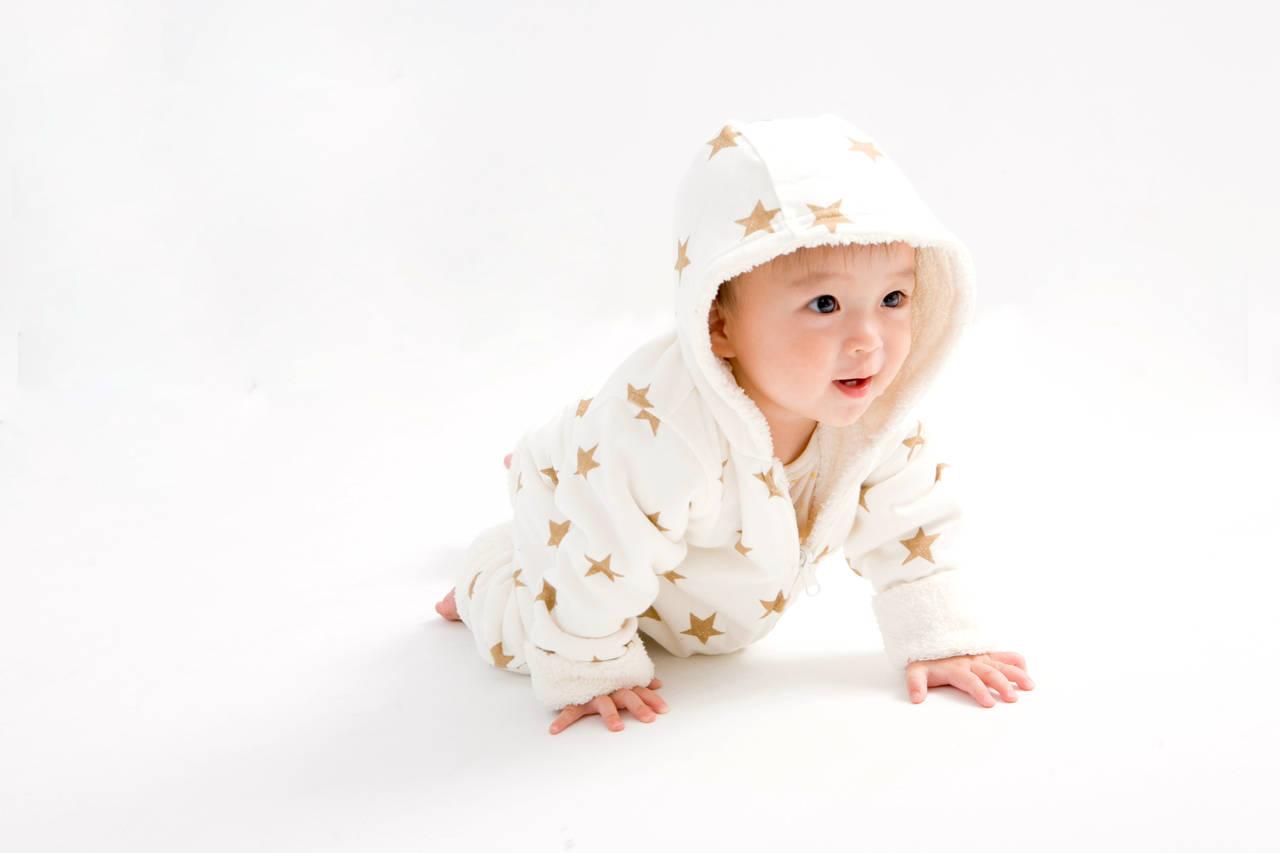赤ちゃんのハイハイや寝返りはいつから?練習のコツや注意点を紹介