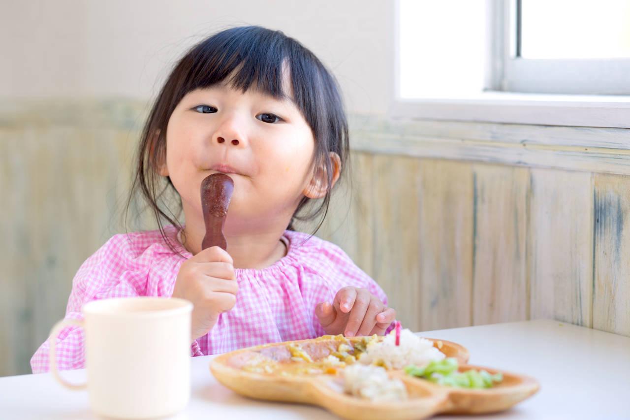 子育てにおける食べ方のマナー。子どもに習慣づけるためのコツ