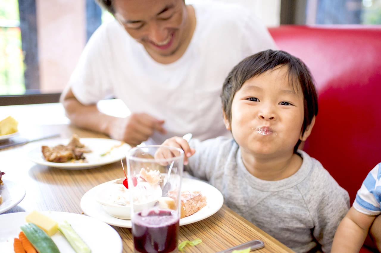 子どもが喜ぶ人気のファミリーレストラン。選ぶポイントや外食マナー