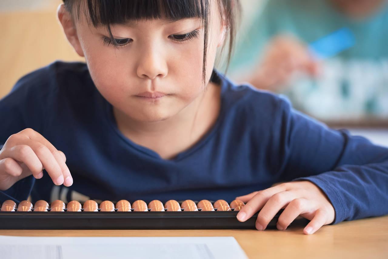子どもにそろばんを習わせたい。メリットや選び方のポイントを紹介