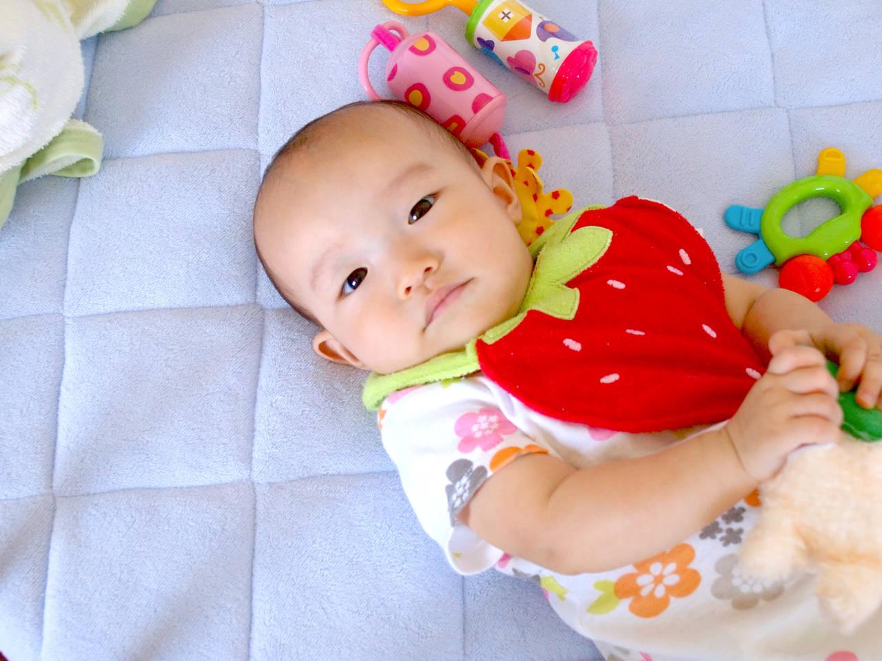 赤ちゃんはいつからおもちゃで遊ぶ?注意点と月齢別おもちゃの遊び方