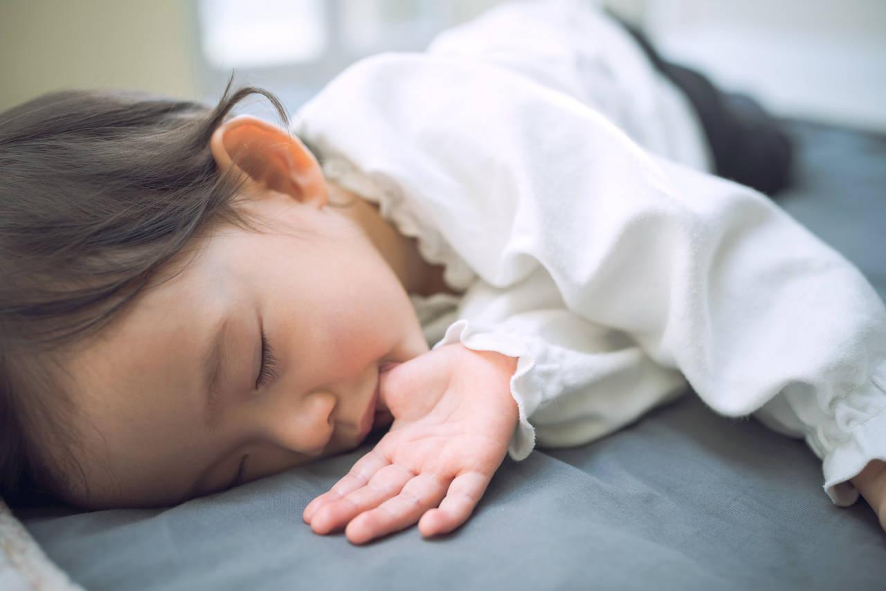 子育て中の悩み指しゃぶり。発達への影響と年齢別の対策を解説