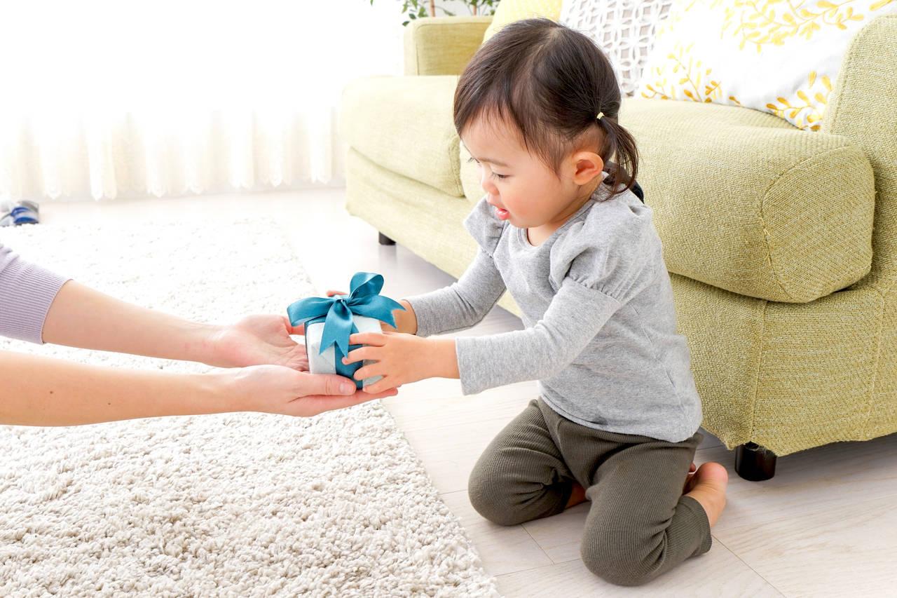 親戚の子どもへのプレゼント。相場や贈るタイミング、喜ばれるもの