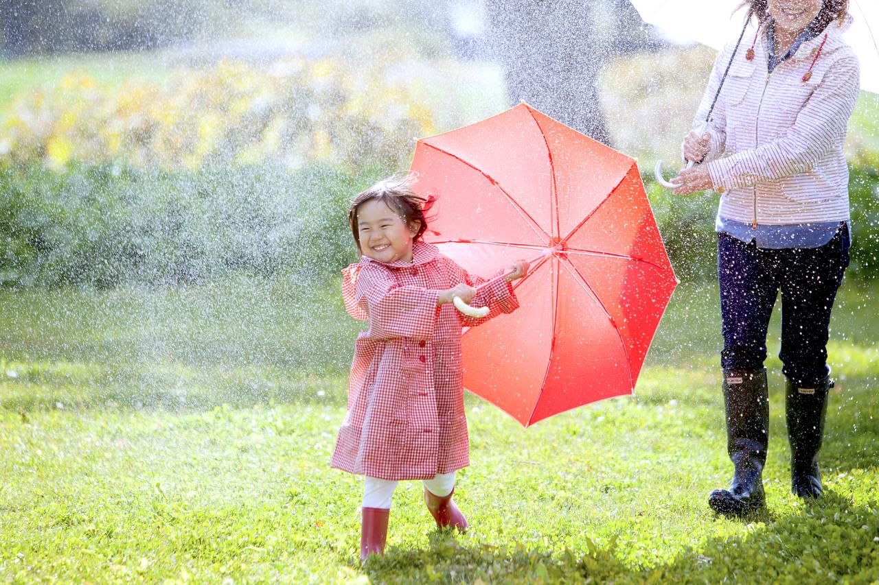 子どもが傘を壊してしまう。壊さないようにできることや傘の選び方
