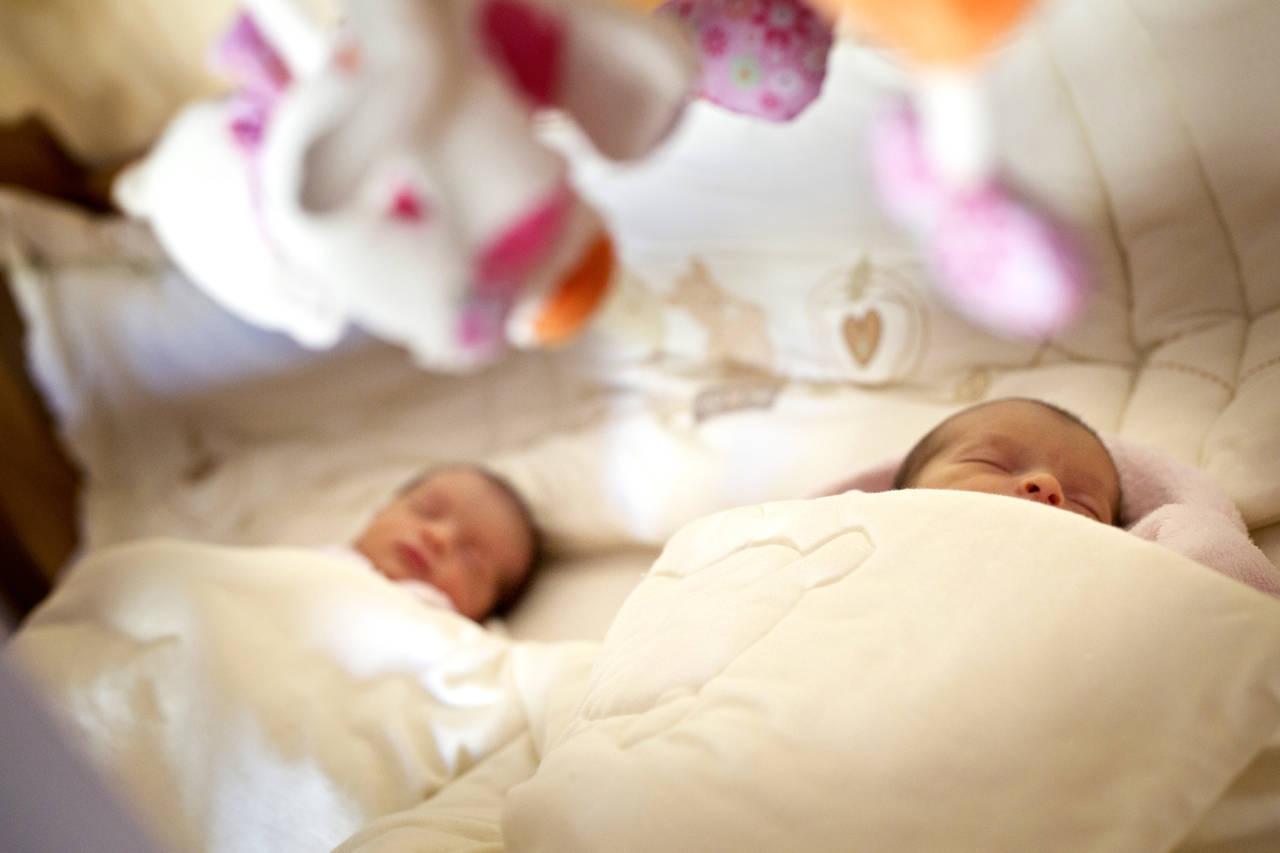双子の寝かしつけをスムーズに。タイミングや役立つアイテムを紹介