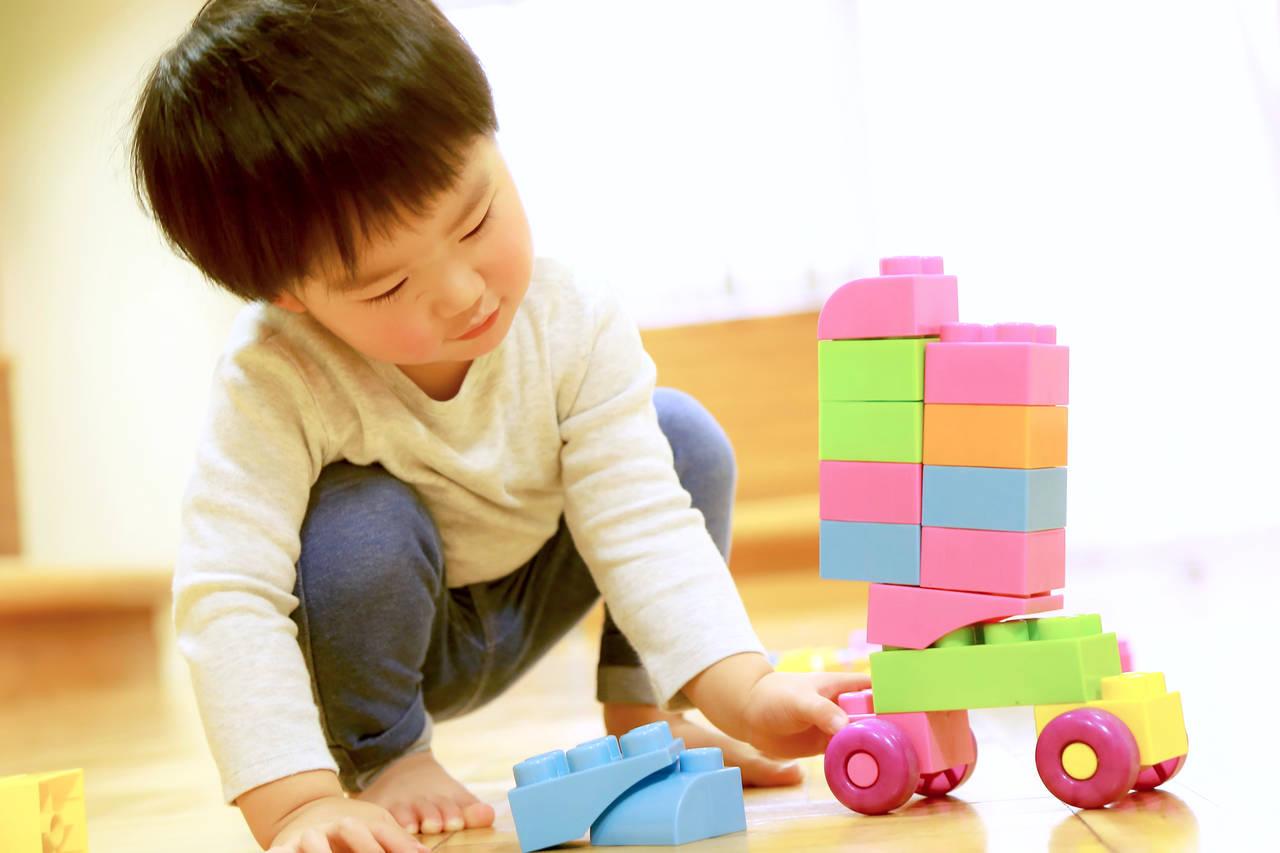 子どもがおもちゃに飽きる原因は何?長く楽しく遊べる方法を紹介