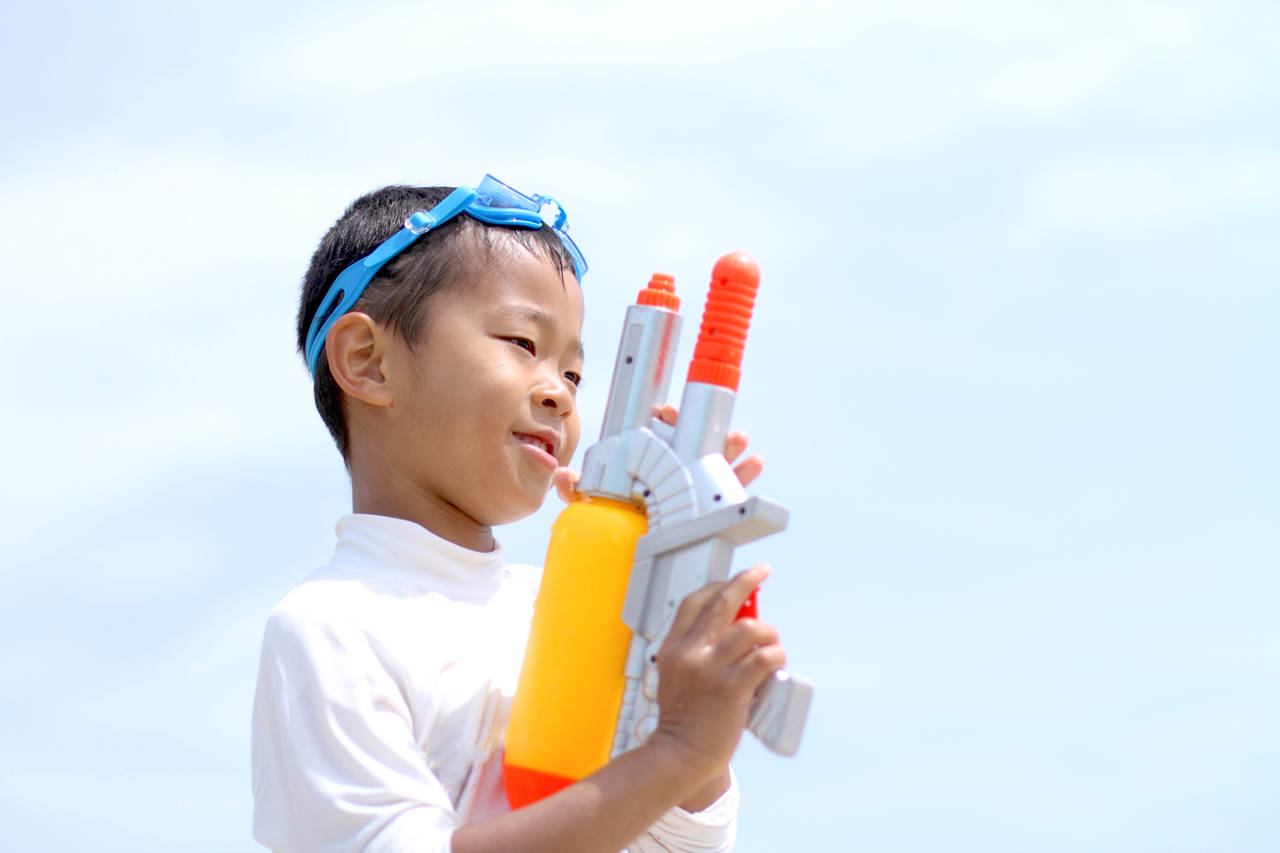 子どもが喜ぶ夏のおもちゃをご紹介。水遊びや手作り、家族で遊べるもの