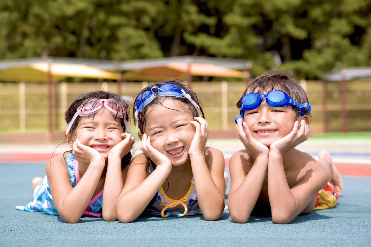 子どもの成長をもたらすプールの効果。持って行くものや注意点