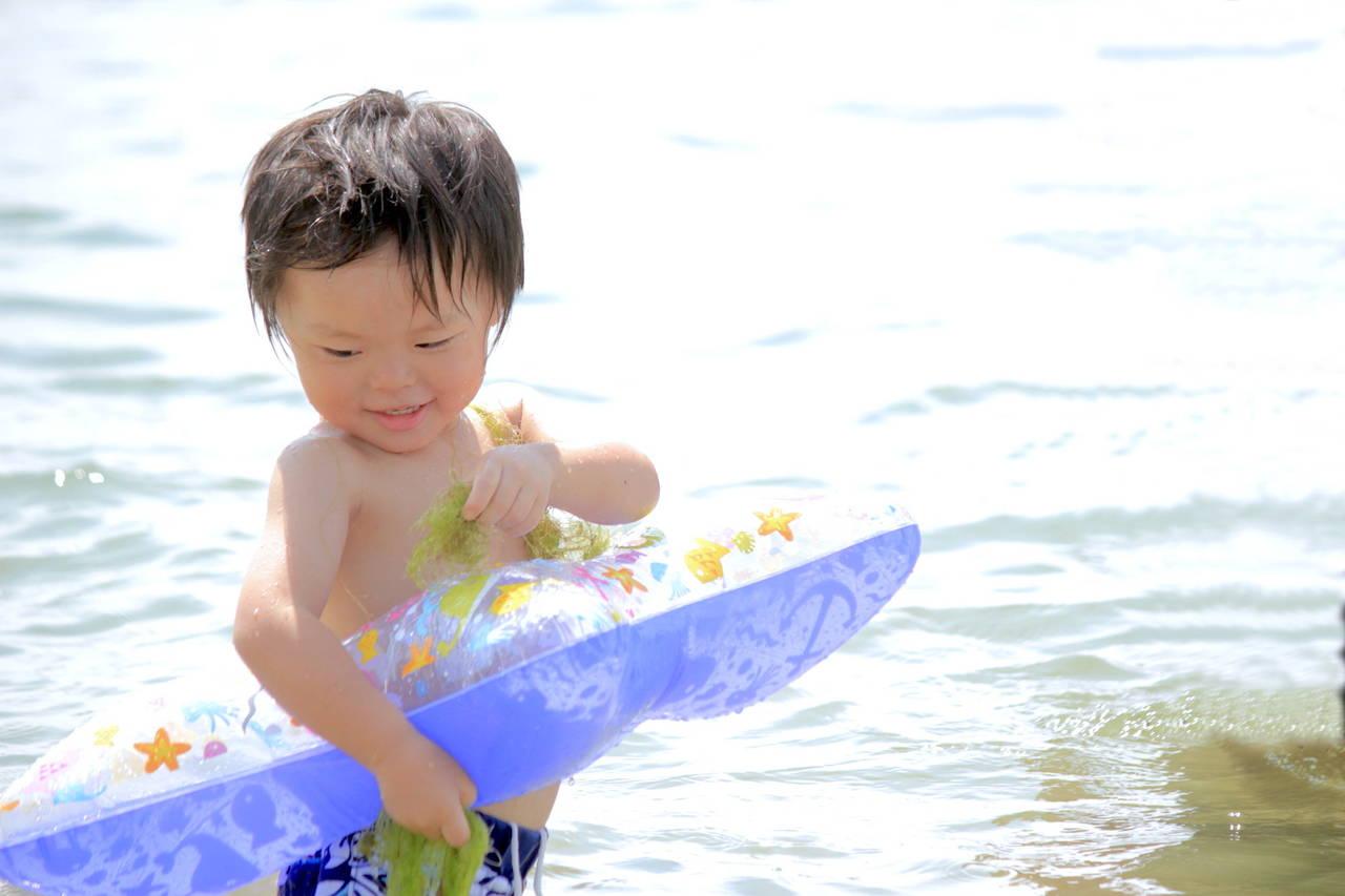 子どもとの海遊びはしっかり対策を!日焼けやケガに気をつけて
