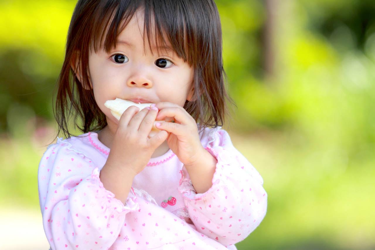 1歳児にお菓子を与えても大丈夫?お菓子デビューの時期や注意点